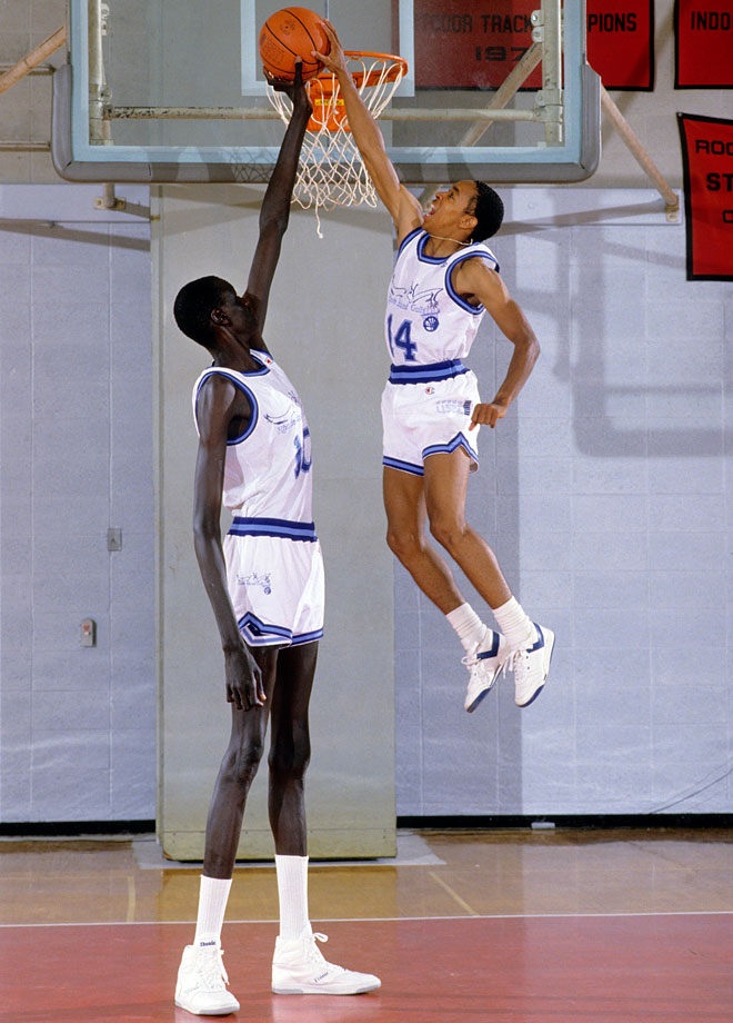 7-foot-7 Manute Bol teamed up with 5-foot-7 Spud Webb on the Rhode Island Gulls of the United States Basketball League (USBL), a pro spring league, before both entered the NBA in 1985. (Posted Oct. 9)