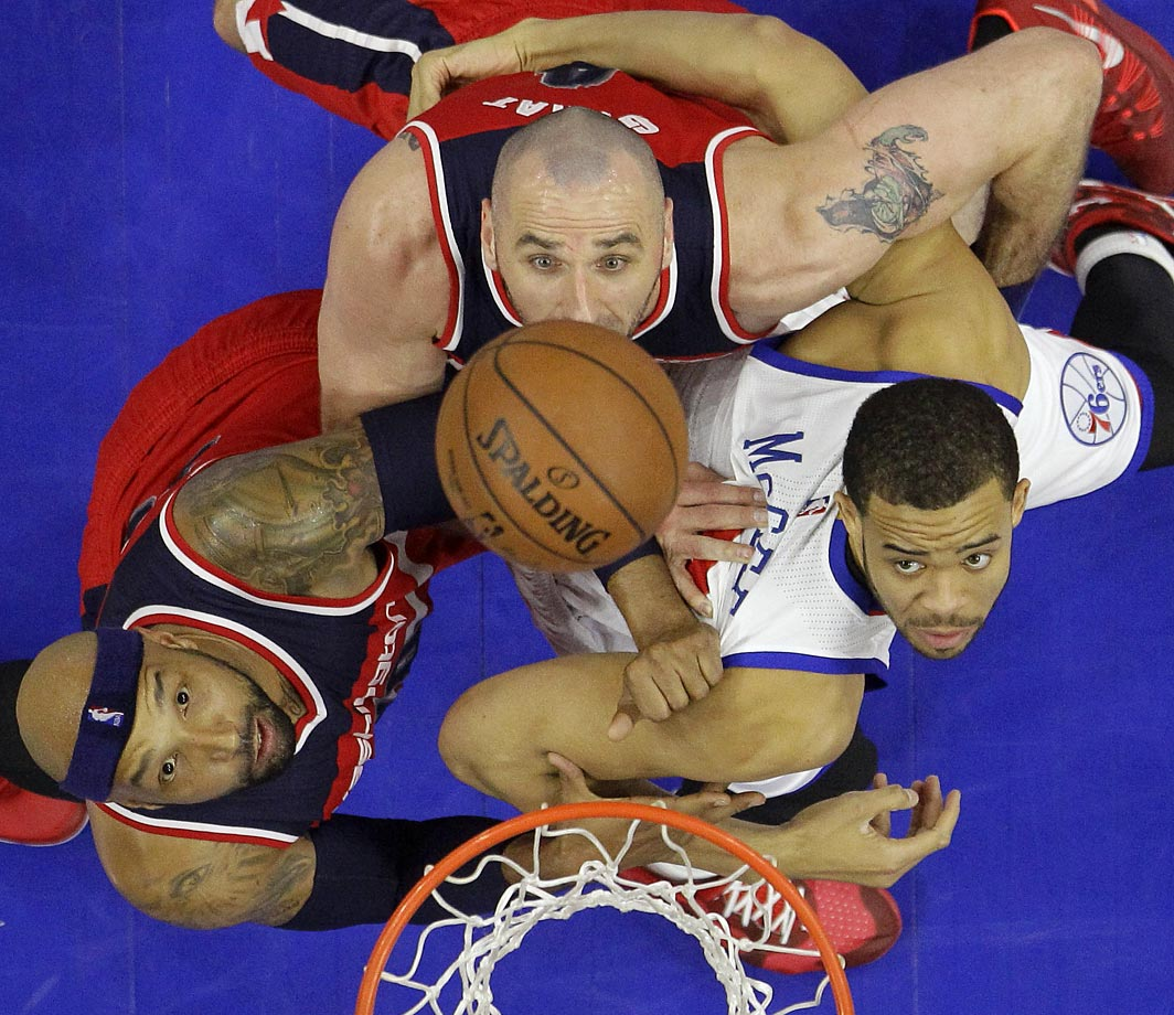 Marcin Gortat, center, of the Washington Wizards battles for a rebound.