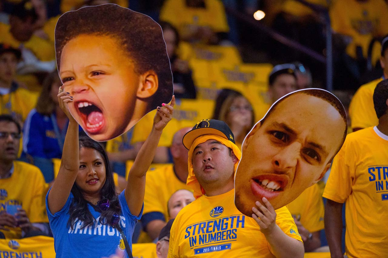 Fans show their love for Riley and Steph Curry.
