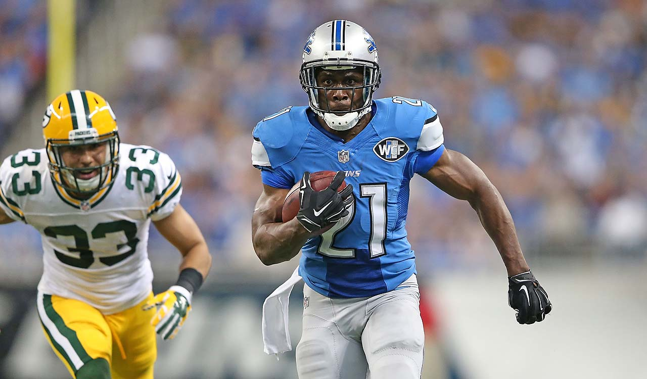Reggie Bush runs 21 yard for a fourth-quarter touchdown as Micah Hyde of the Green Bay Packers gives chase.