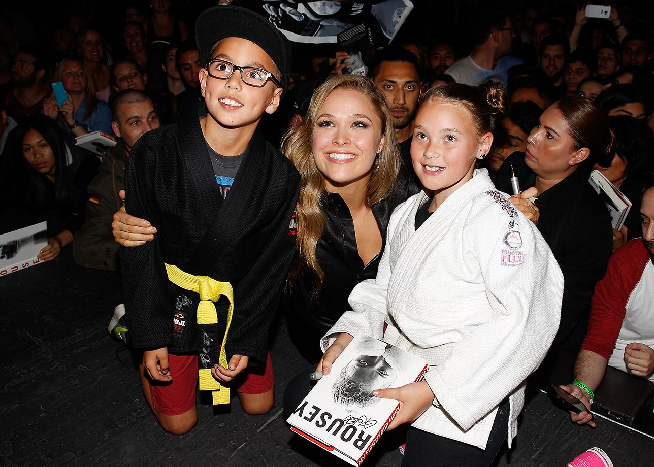 Ronda Rousey poses with a fans during a UFC 193 Sydney fan event.