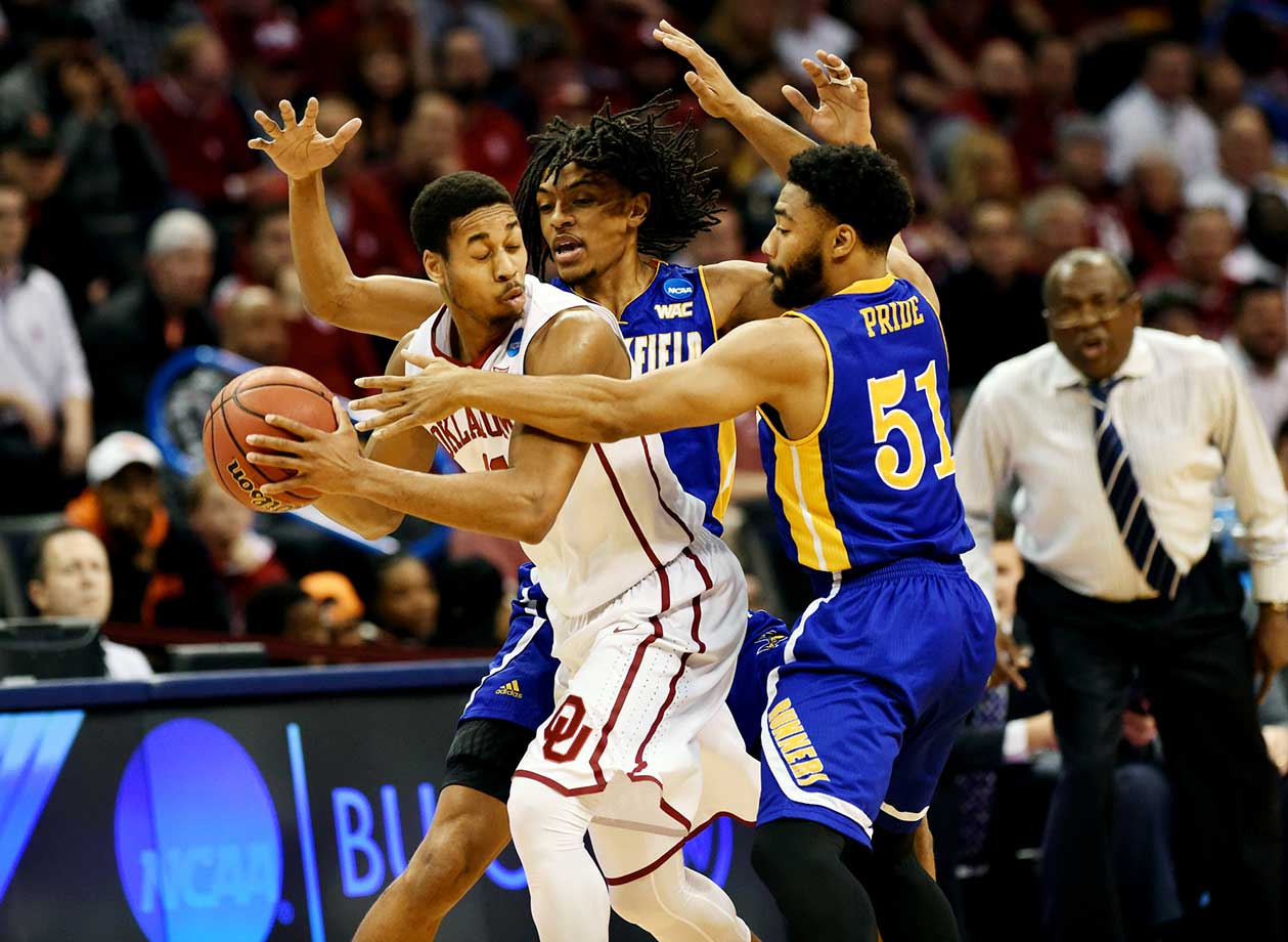 Justin Pride (51) of Cal State Bakersfield pressures Isaiah Cousins of the Oklahoma Sooners.