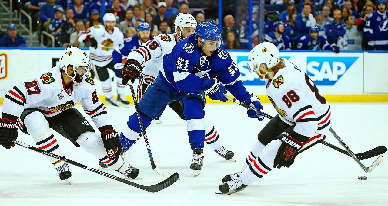 Valtteri Filppula of the Lightning draws the attention of Johnny Oduya (27) and Patrick Kane (88).