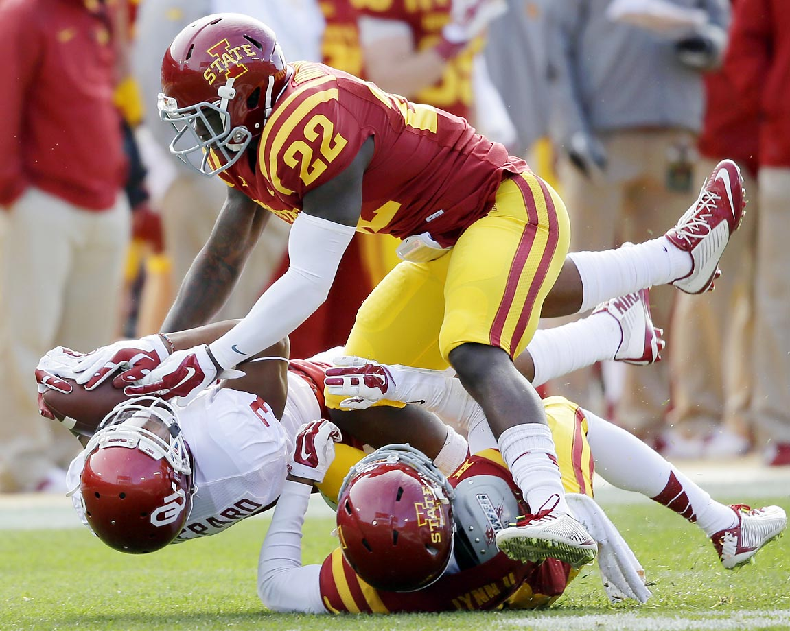 Oklahoma wide receiver Sterling Shepard catches a pass against Iowa State's Kenneth Lynn (8) and T.J. Mutcherson. The Sooners rolled to a 59-14 victory.