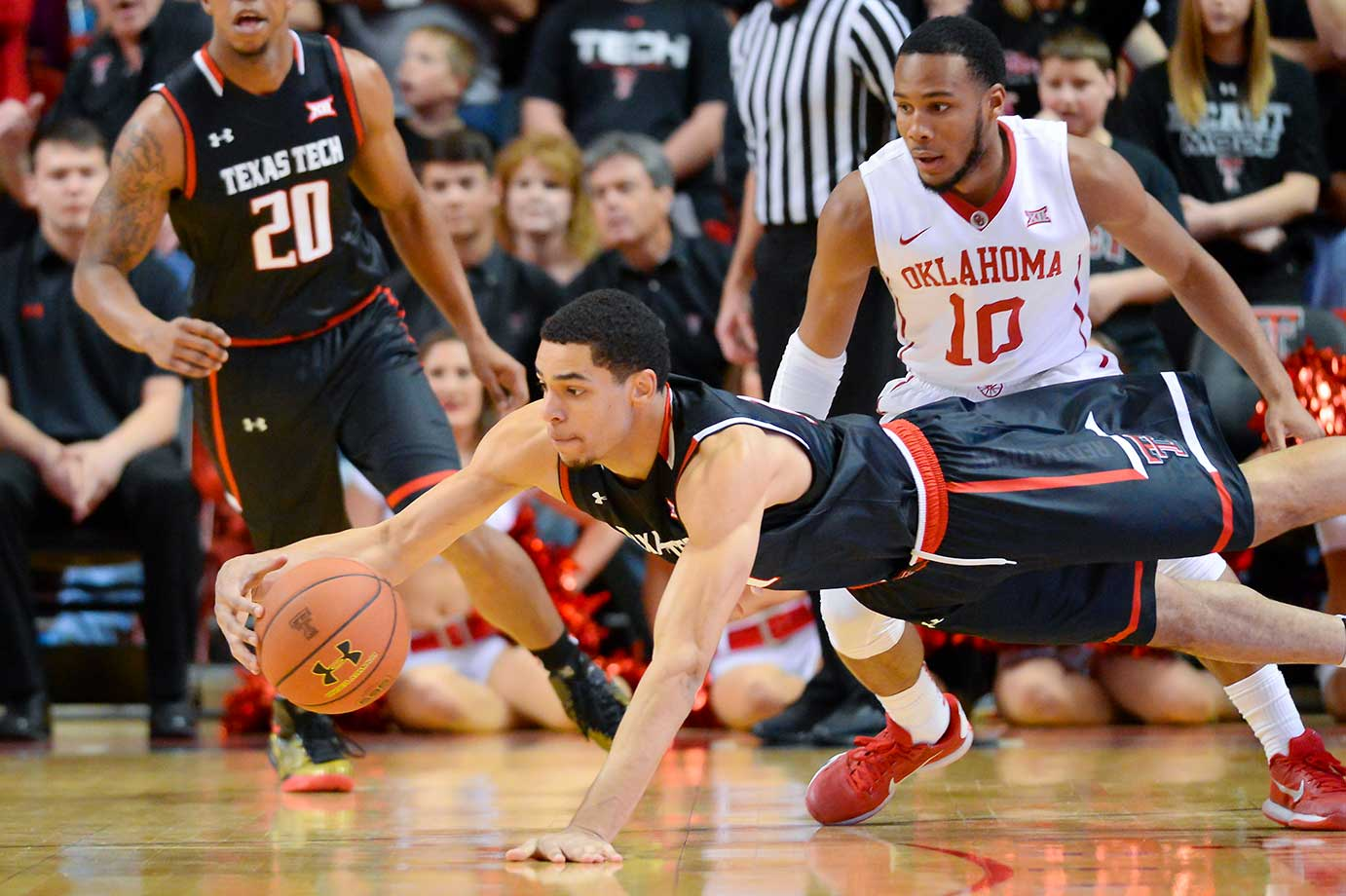 Zach Smith of Texas Tech dives for a loose ball during an upset win over No. 3 Oklahoma.