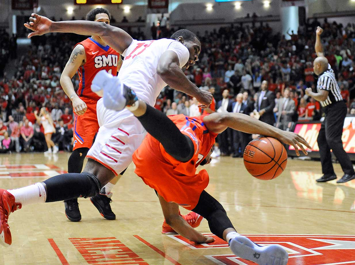 Houston's Bertrand Nkali, left, and SMU's Ben Moore chase a loose ball. Houston won 71-68 for an upset over the visiting Mustangs.