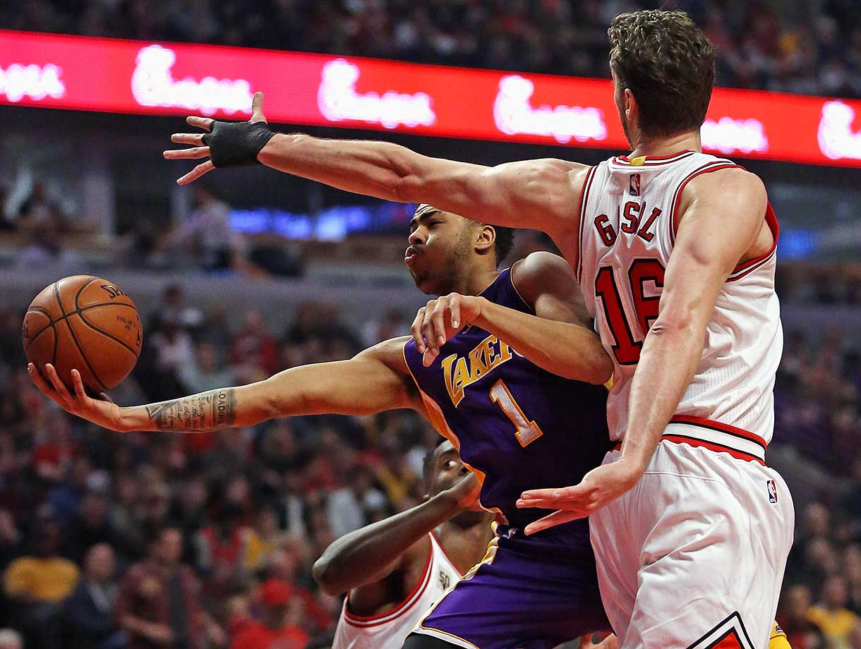 D'Angelo Russell of the Lakers puts up a shot around Pau Gasol of the Chicago Bulls.