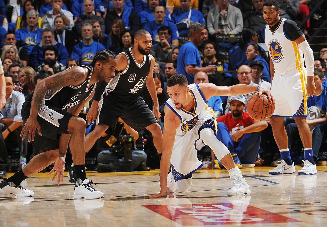 Steph Curry dribbles against Kawhi Leonard of the San Antonio Spurs.