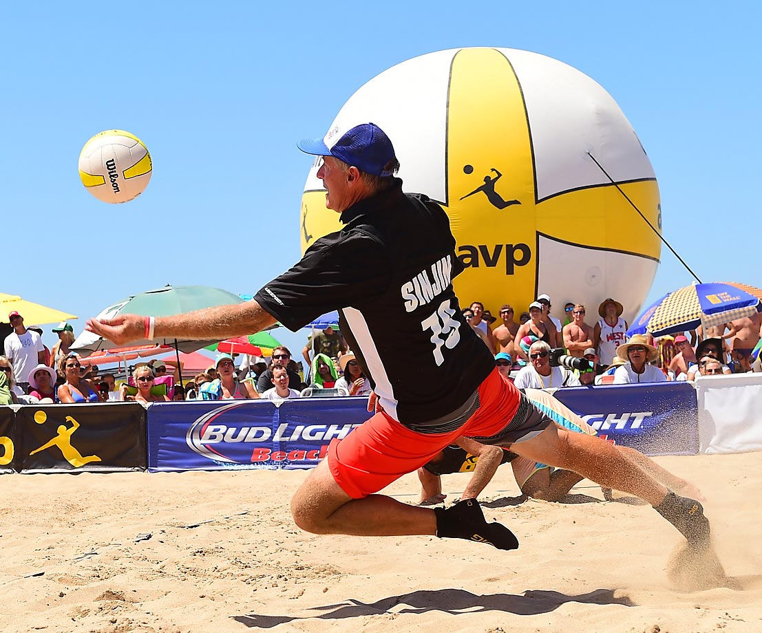 Singin Smith shows a little of the old form during the legends match. Singin was the first player to record 100 Open victories on the AVP tour.