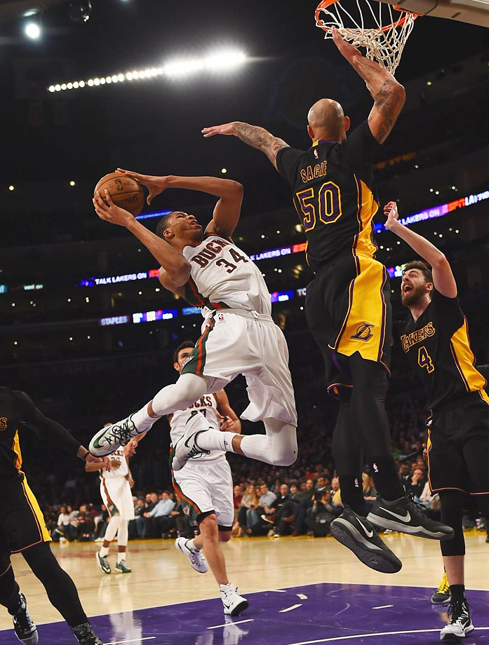 The Bucks' Giannis Antetokounmpo (34) attempts to score in a game between Milwaukee and the Los Angeles Lakers.