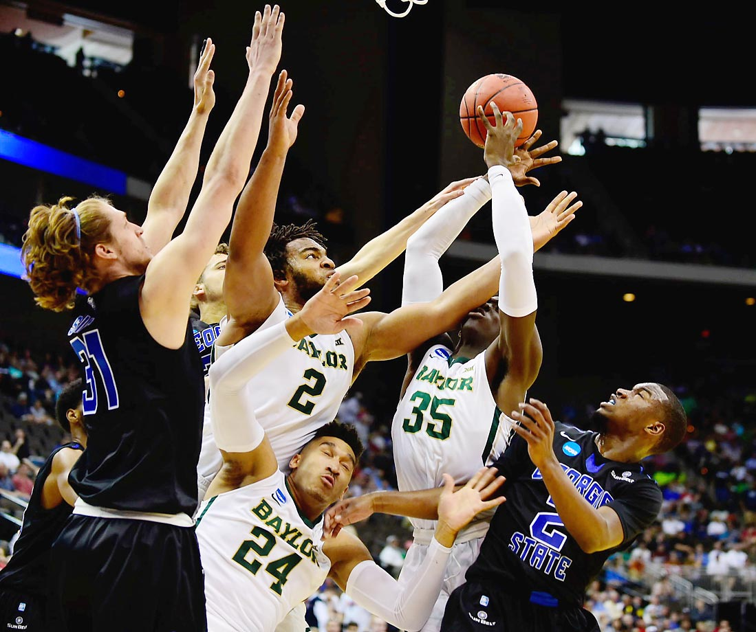 Baylor and Georgia State players scramble for the ball in the NCAA tournament.