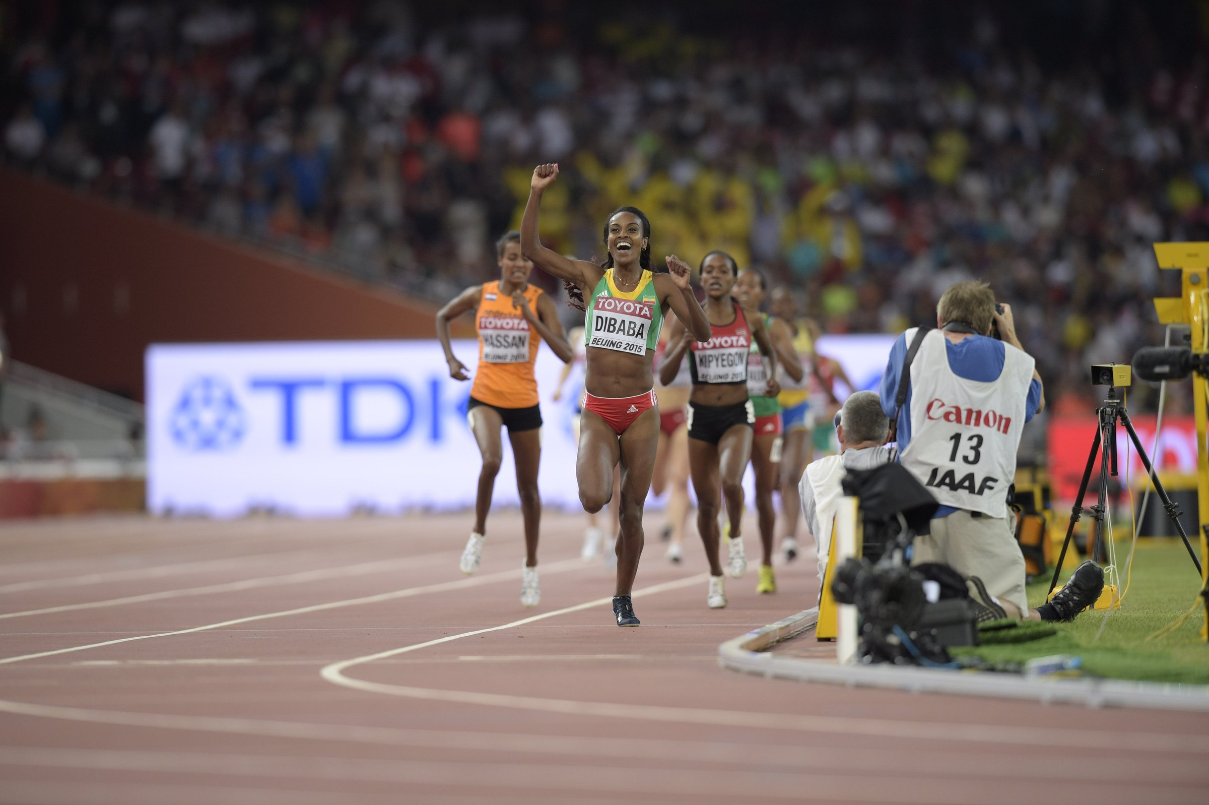 Sifan Hassan (NED) and Faith Kipyegon (KEN) can not catch world record holder Genzebe Dibaba (ETH) as she wins gold in the women's 1,500-meter run.