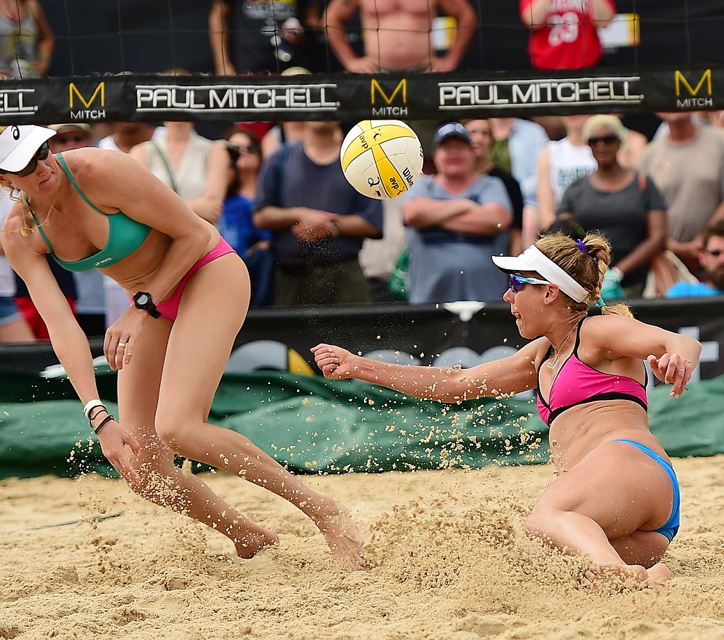 Kerri Walsh-Jennings and April Ross grind out another win.