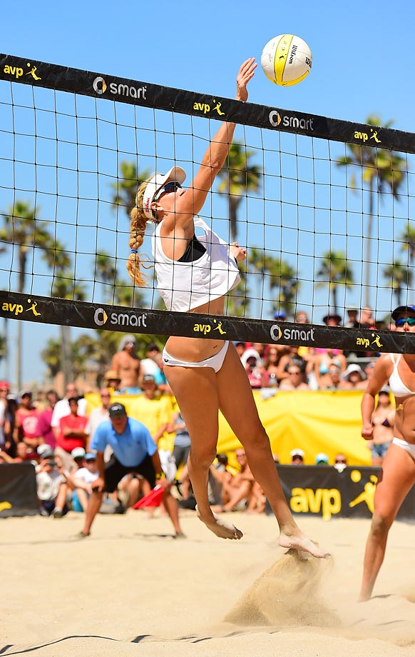 Kerri Walsh-Jennings goes sideways to return a ball in the finals.