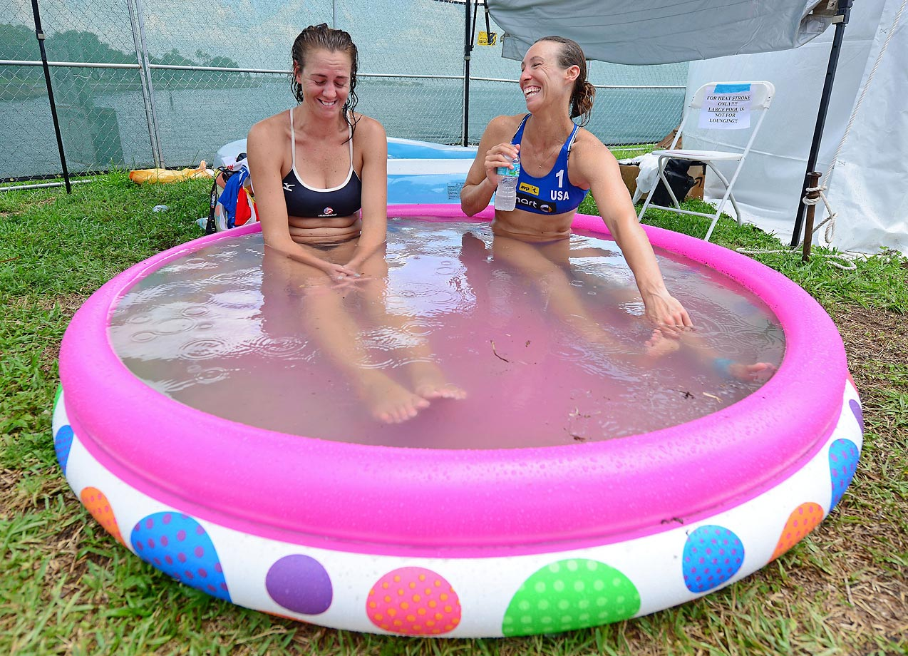 Jennifer Fopma and Lauren Fendrick of the U.S. try to bring down their body temperatures in the 100 degree heat and 80% humidity.