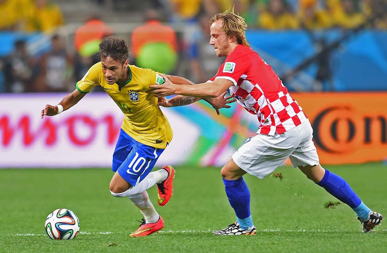 Ivan Rakitic challenges Neymar.