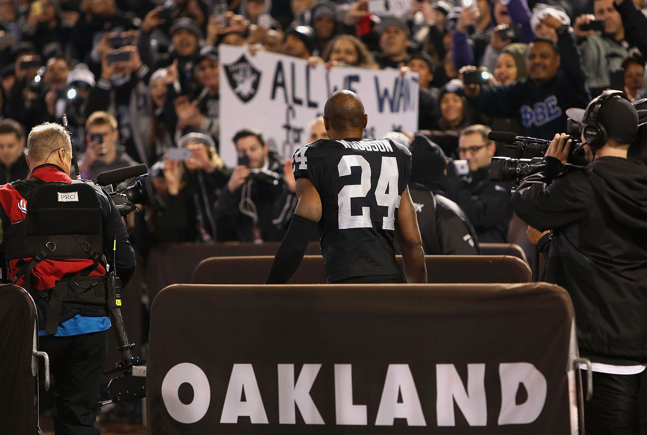 Charles Woodson bids farewell to Raiders fans after the 2015 home finale in Oakland.