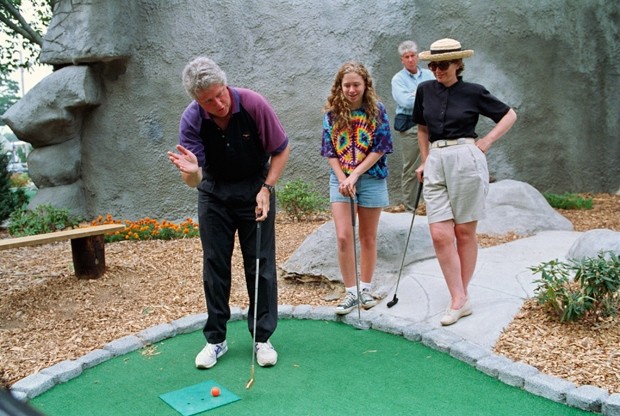 The Clinton family hit up a mini-golf course in Aug. 1993. (Getty Images)