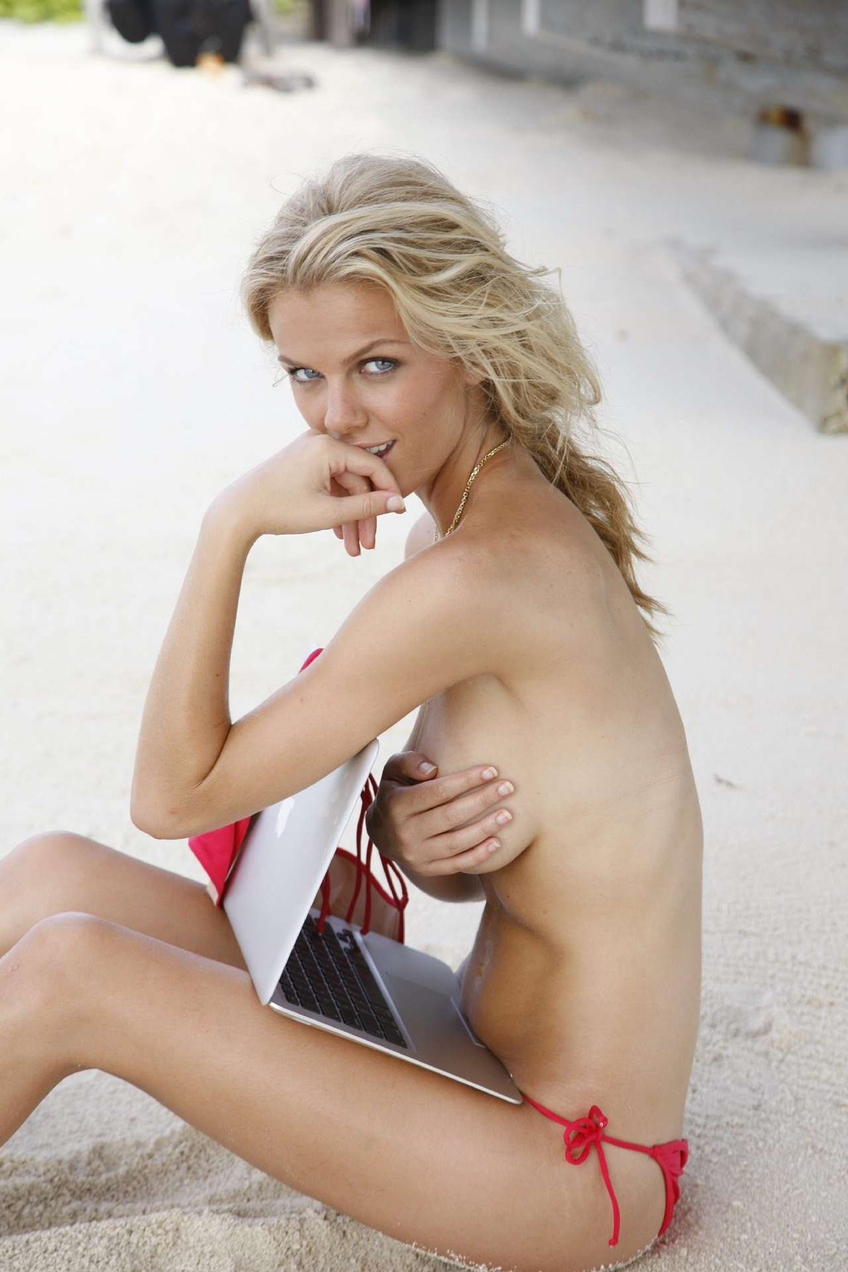 Brooklyn Decker in the Maldives, SI Swimsuit 2010