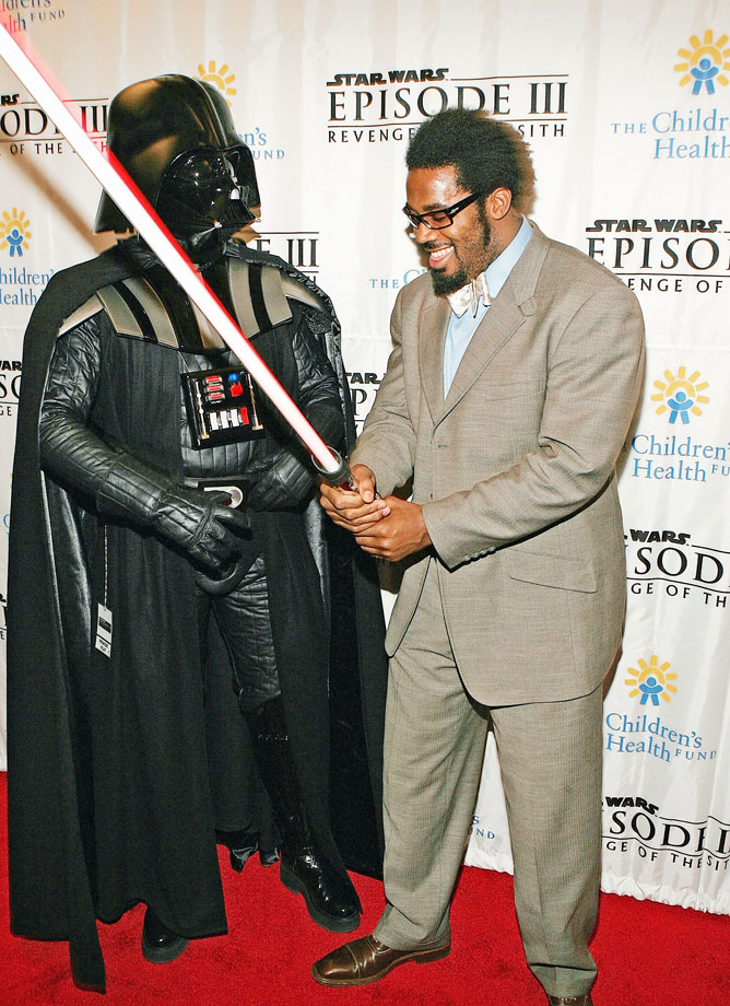 Philadelphia Eagles linebacker Dhani Jones poses with Darth Vader at the premiere of Star Wars Episode III: Revenge Of The Sith on May 12, 2005 at the Ziegfeld Theater in New York City.