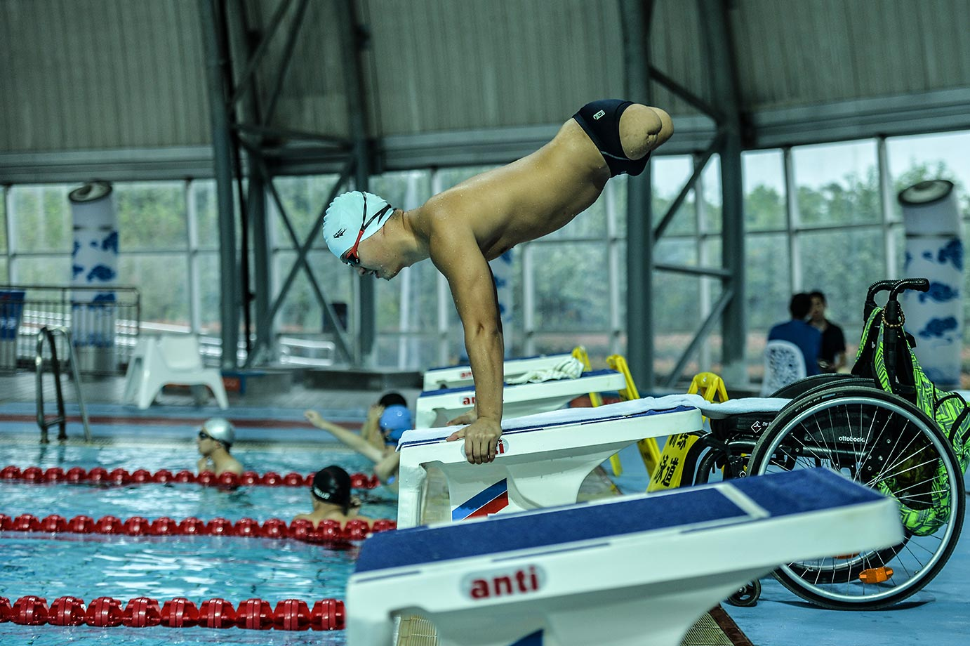 "Dai Guohong, a disabled athlete who lost both legs in the 2008 Wenchuan Earthquake, practices at the gymnasium of the University of Electronic Science and Technology of China.  According to disabled athletes: ""we wouldn't feel any different from others when swimming under water."""