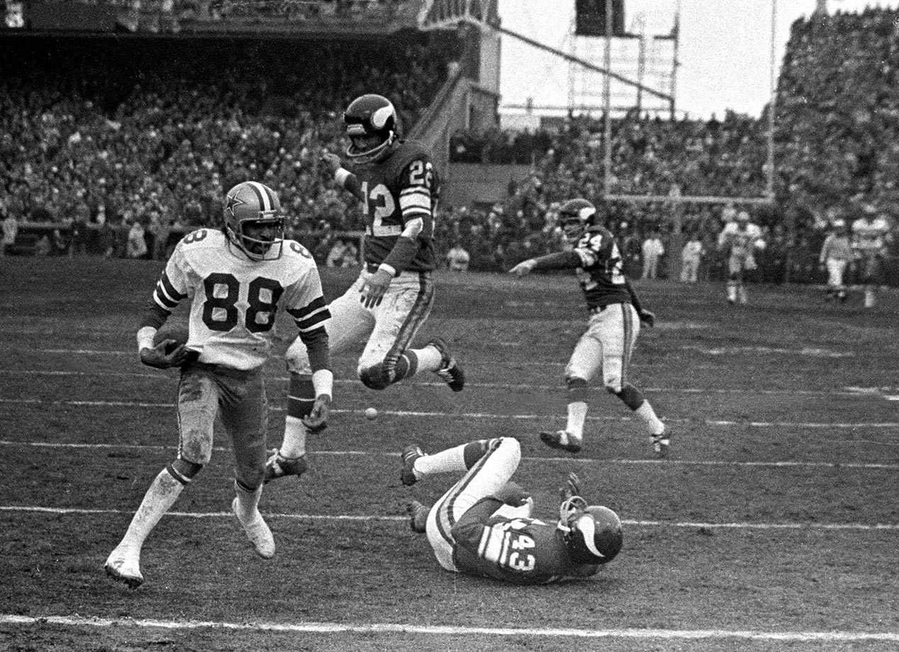1975: Dallas' Drew Pearson catches the ball on his hip for a 50-yard TD pass with 24 seconds left to defeat the Vikings in the divisional playoffs.