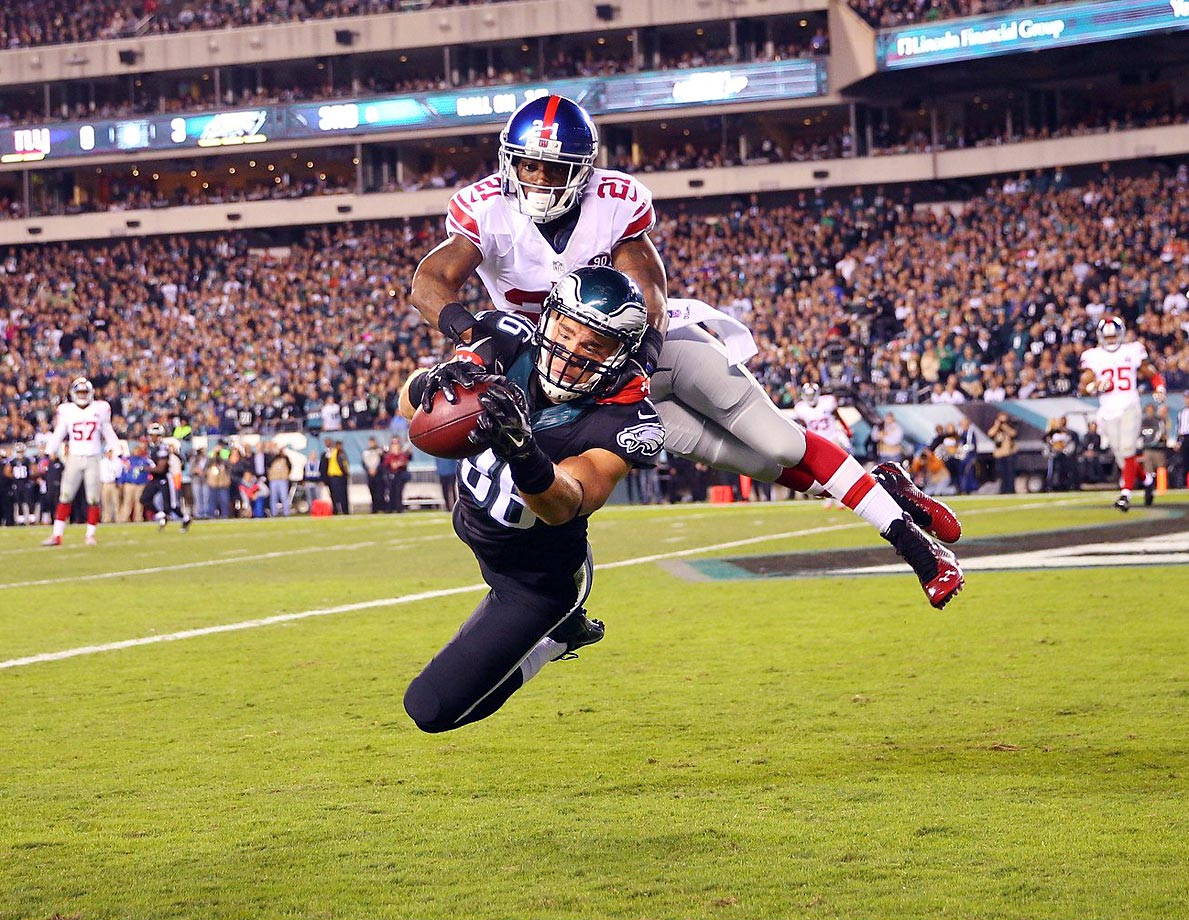 Philadelphia Eagles tight end Zach Ertz catches a touchdown pass against New York Giants cornerback Dominique Rodgers-Cromartie. The Eagles shut out the Giants 27-0.