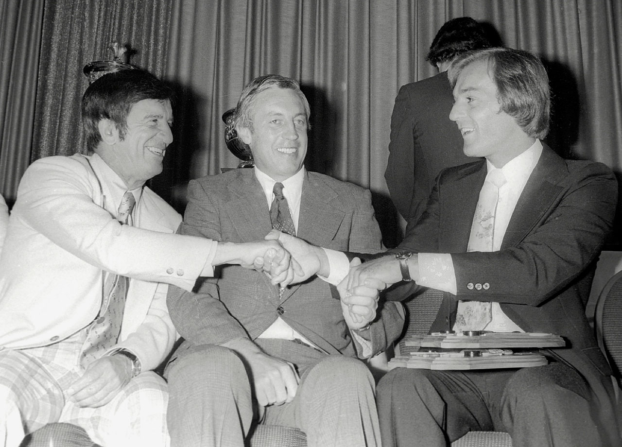 Jean Béliveau sits between Ted Lindsay (left) and Guy Lafleur as the two shake hands at an award ceremony in the late 1970s.