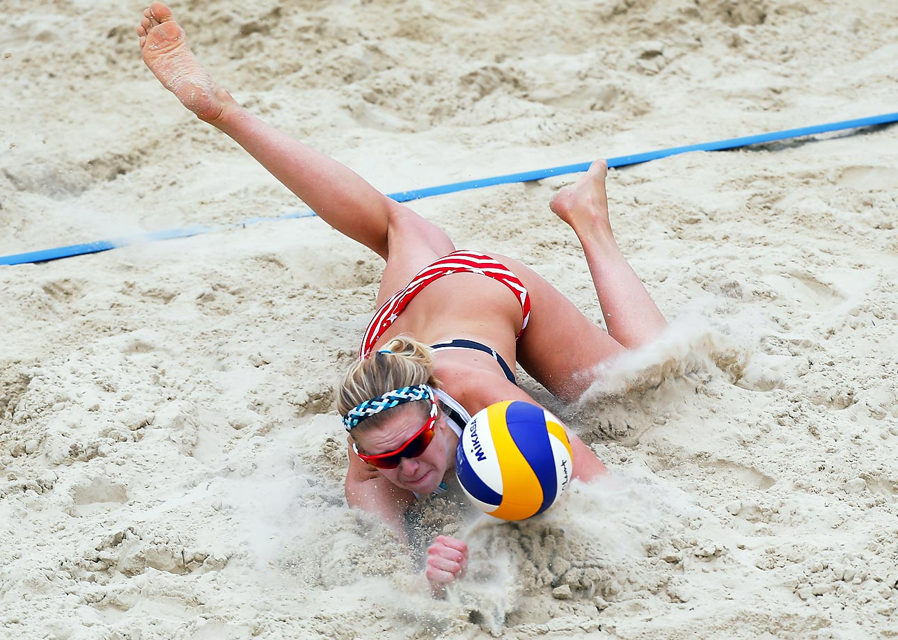 Jennifer Fopma makes an awkward dive at the FIVB Moscow Grand Slam.