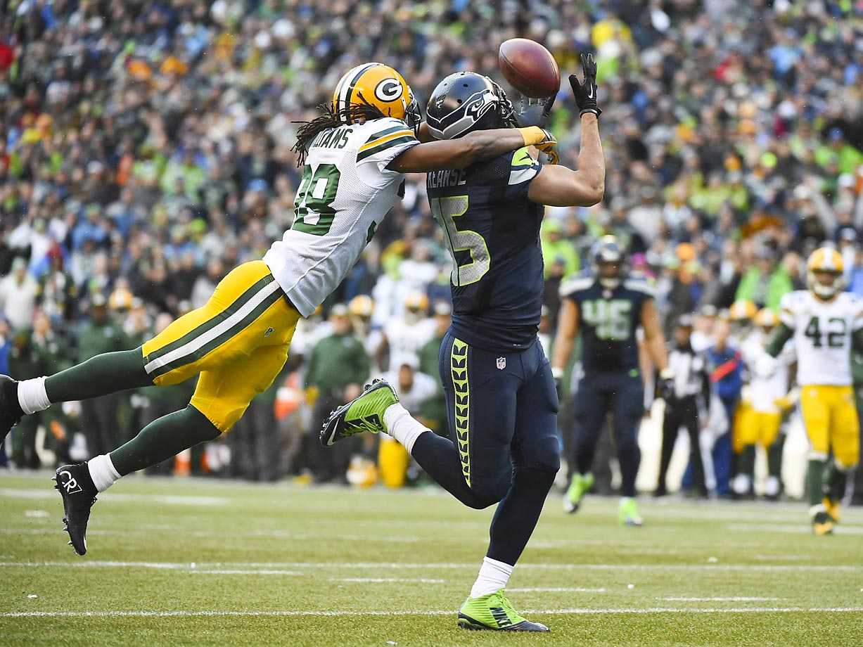 Jermaine Kearse hauls in the winning touchdown in overtime as Tramon Williams defends.
