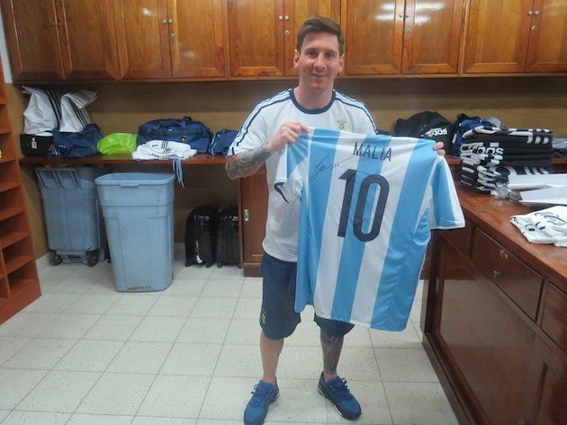 new concept 1c4b7 5b308 Lionel Messi signs jerseys for President Obama's daughters ...