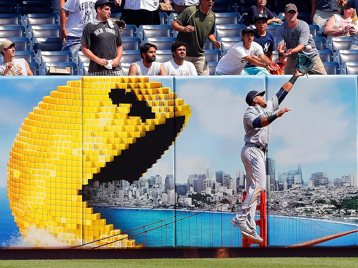 Nelson Cruz of the Seattle Mariners makes a catch against the New York Yankees.