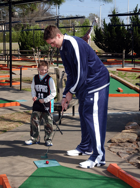 Pau Gasol and a young Grizzlies fan at a Memphis course in March 2004. (Getty Images)