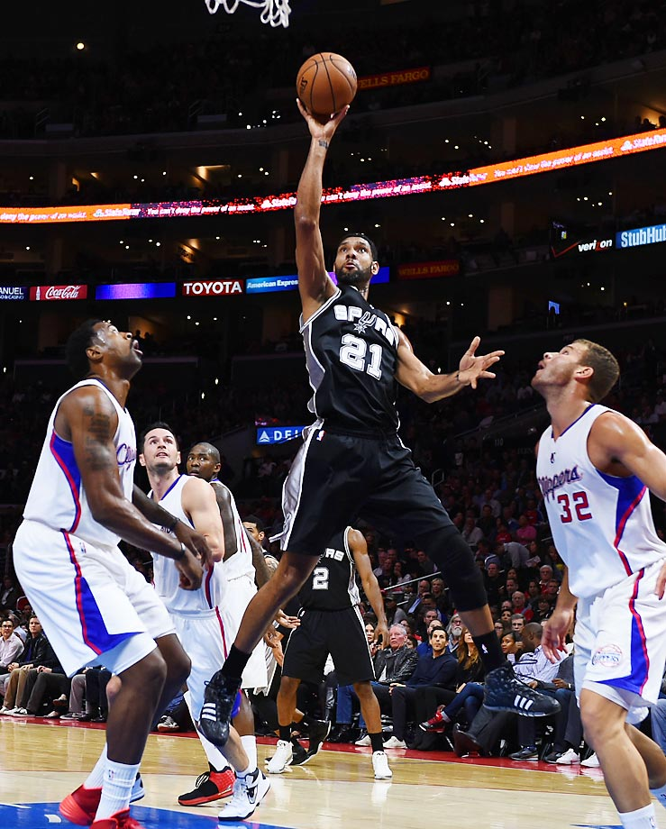 Tim Duncan goes up for a shot against the Los Angeles Clippers.