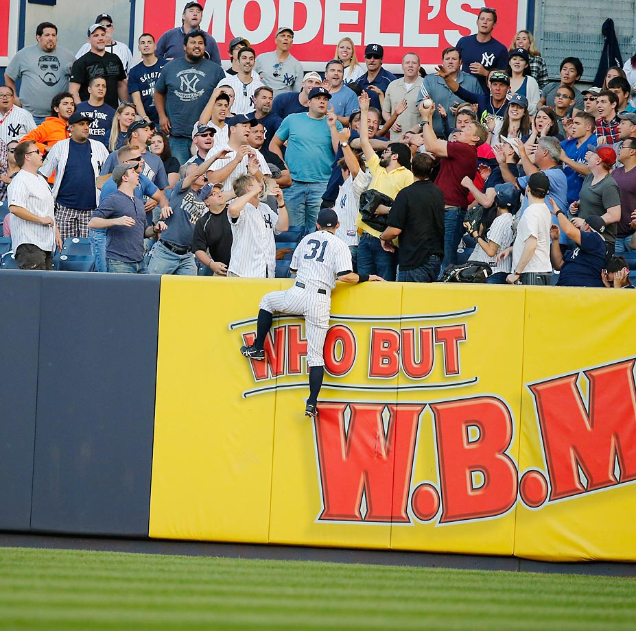 Ichiro Suzuki attempts to reach the ball at Yankee Stadium during a game against the Blue Jays on Saturday.