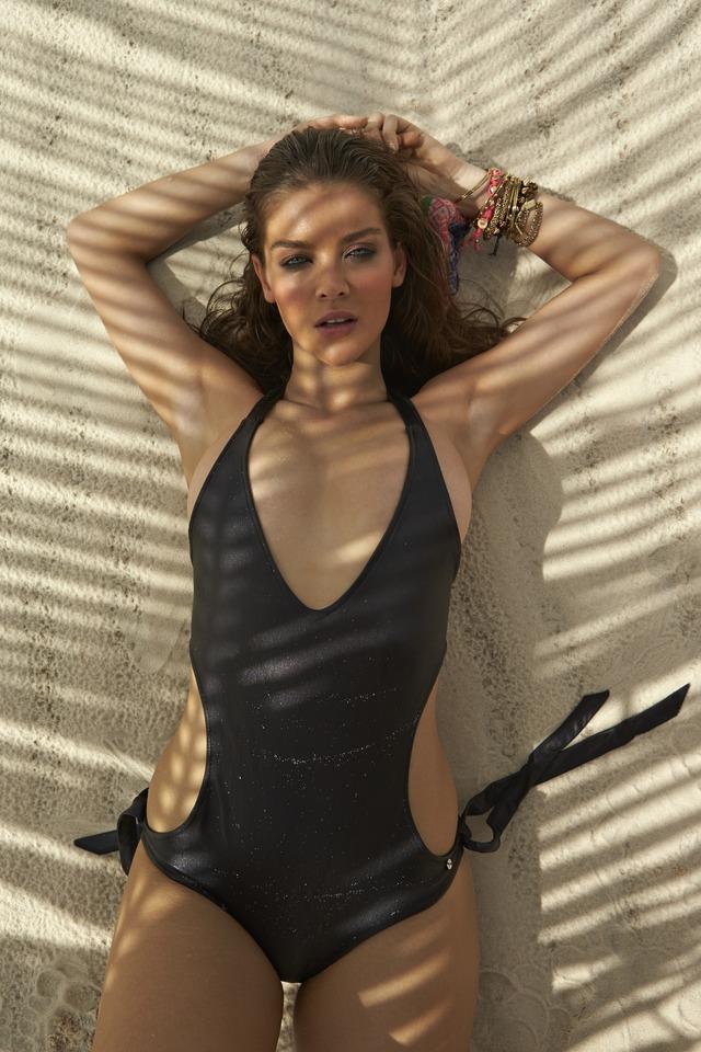 Swimsuit: 2014 Issue: Brazil; Natasha Barnard; NA/NA, NA, Brazil; 6/4/2013; X156596 TK3; CREDIT: Raphael Mazzucco