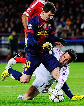 Lionel Messi suffered a left knee injury on this collision with Benfica goalkeeper Artur.