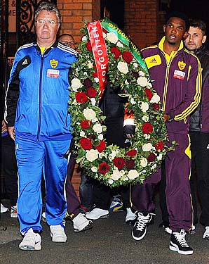 Guus Hiddink (left) and Samuel Eto'o lay a wreath in memory of the Hillsborough disaster victims on Oct. 24.