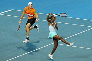 Both John Isner and Venus Williams are having some health issues but battling through them.
