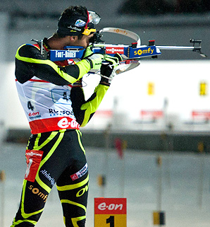 Martin Fourcade shot cleanly to anchor France to victory in the men's World Cup biathlon relay.