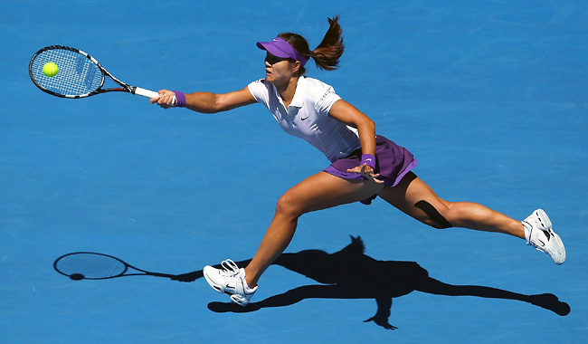 Li Na ended Agnieszka Radwanska's 13-match winning to reach her third career Grand Slam semifinal.