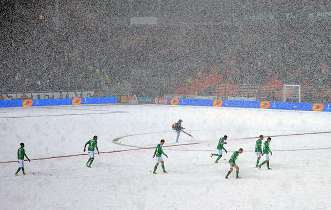 Heavy snowfall interrupted Saturday's match pitting Saint-Etienne and defending champ Montpellier.