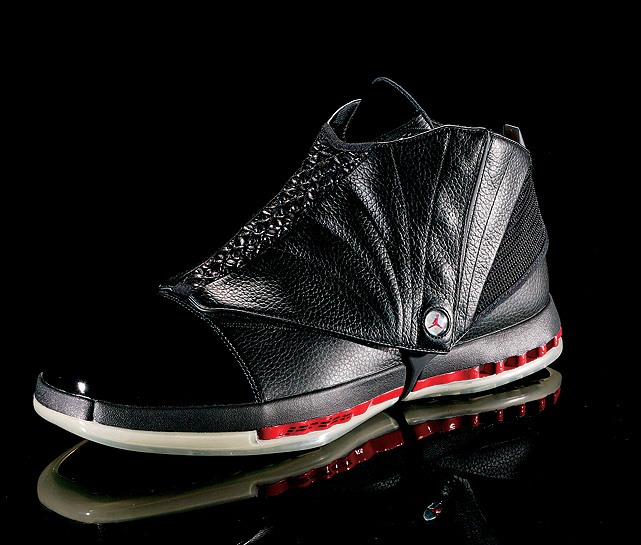 With Jordan transitioning to a role in the front office, Nike added a distinctive off-court shroud to the Air Jordan XVI.