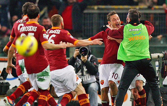 Francesco Totti (No. 10) scored the game's only goal as Roma stuned the Serie A leaders.