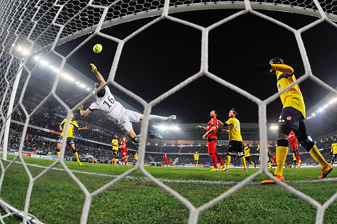 Alex Costa scored on this shot for Paris Saint-Germain, but it wasn't enough for the league leaders.