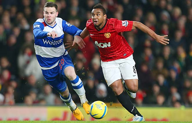 Danny Guthrie of Reading and Anderson of Manchester United fight for the ball.