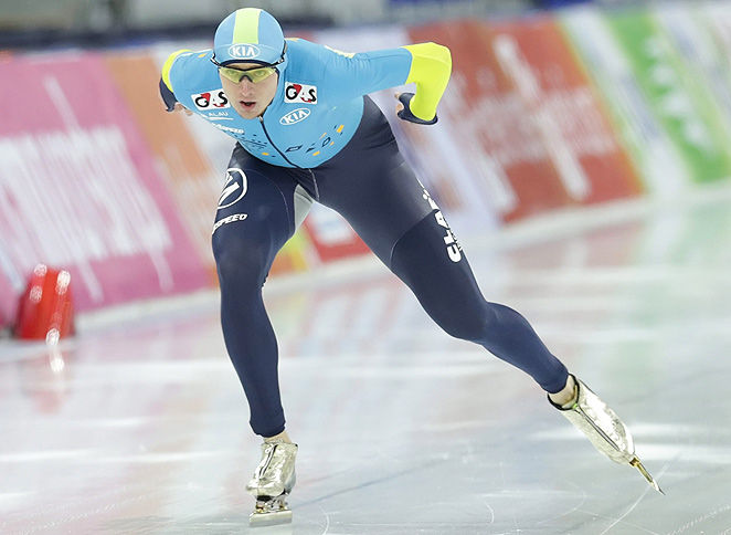 Kazakhstan's Denis Kuzin edges out Olympic champion Mo Tae-bum for the 1,000 meter world title.