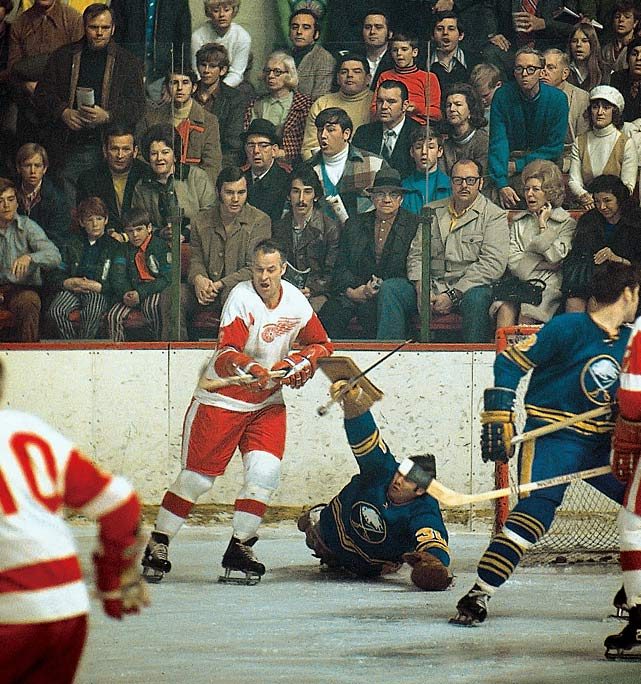 Howe poised to to score against Buffalo Sabres goalie Joe Daley in January 1971. The 1970-71 season was his last with Detroit.
