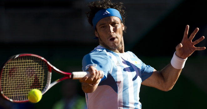 In three sets, Juan Monaco beat Gilles Simon in the Davis Cup quarterfinals on Friday afternoon.