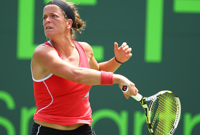 Lourdes Dominguez Lino beat Tsvetana Pironkova in three sets to advance to the GP SAR quarters.